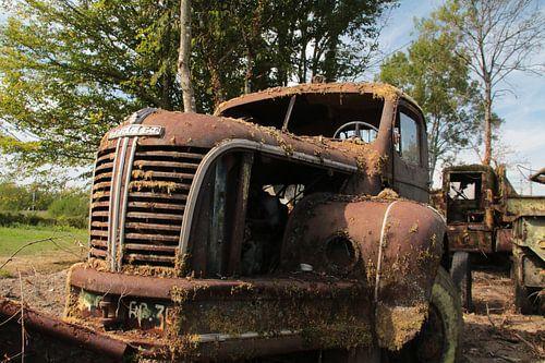 Roestige vrachtwagen van