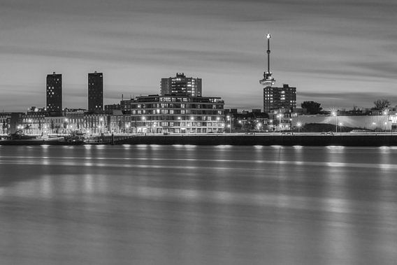 Maashaven in Rotterdam bij zonsondergang van Ilya Korzelius