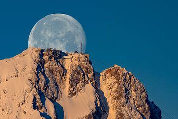 Mond hinter der Zugspitze von Andreas Müller
