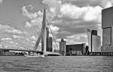 Rotterdam-Schip bij Erasmusbrug-z.w. van Leo Huijzer