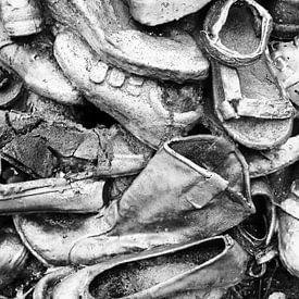 Stapel schoenen in Groningen (zwart-wit) van Evert Jan Luchies