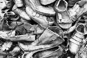 Stapel schoenen in Groningen (zwart-wit) van