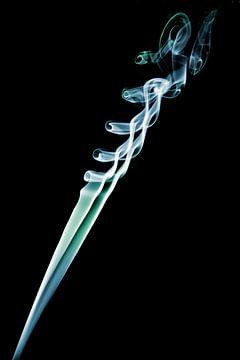 Gekleurde rook tegen een zwarte achtergrond  van Liesbeth van Asseldonk