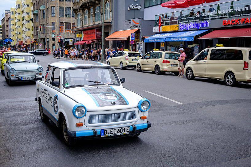 Electrische Trabant bij Checkpoint Charlie in Berlijn van Evert Jan Luchies