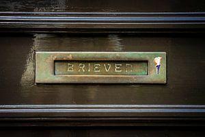 Messing horizontale brievenbus in een bruine deur, traditionele manier om brieven aan een huis te be van Urban Photo Lab