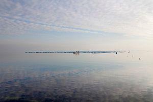 Spiegelend water bij de Brouwersdam van