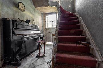 Klavier und Treppe von Matthis Rumhipstern