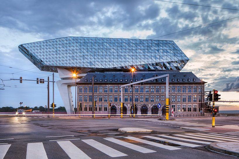 Antwerpen Port House gegen den dramatischen Himmel mit Zebrastreifen von Tony Vingerhoets
