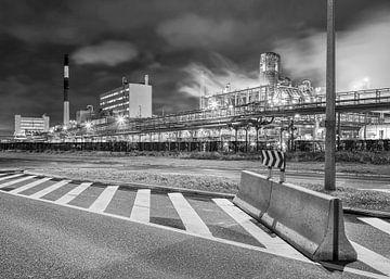 Petrochemie-Produktionsanlage in der Nacht mit Straßensperre, Belgien von Tony Vingerhoets