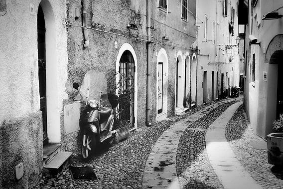 Scooter dans une rue en Italie en noir et blanc