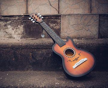 Houten akoestische gitaar buiten op een straat van Denny Gruner