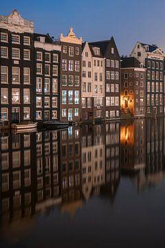 Amsterdam - Damrak - Reflectie van grachtenpanden van Thea.Photo