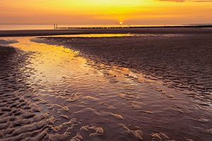 Zonsondergang strand Breskens Nederland van Peter Bolman