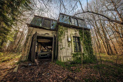 BMW in een oude verlaten schuur van Steven Dijkshoorn