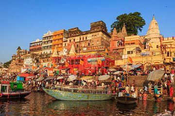 De stad Varanasi in India van Roland Brack