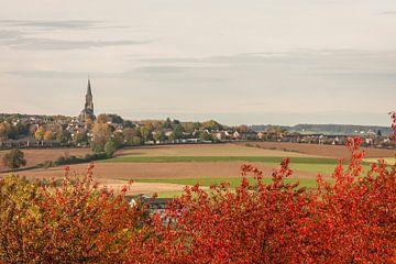 De kerk van Vijlen in de herfstkleuren van