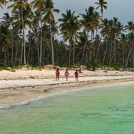 Masai krijgers op het strand in Zanzibar van Koen Henderickx