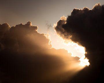 A Crack in the Clouds van Joshua van Nierop