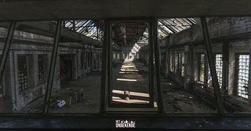 Controle ruimte met zicht op de fabriekshal. van Het Onbekende