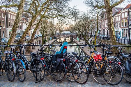 Typical view: Dutch bikes along the Old Canal in the city of Utrecht von De Utrechtse Internet Courant (DUIC)