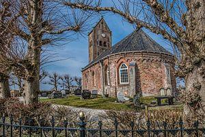 Doorkijkje op het kleine kerkje van Swichum op n terp vlak onder Leeuwarden in Friesland