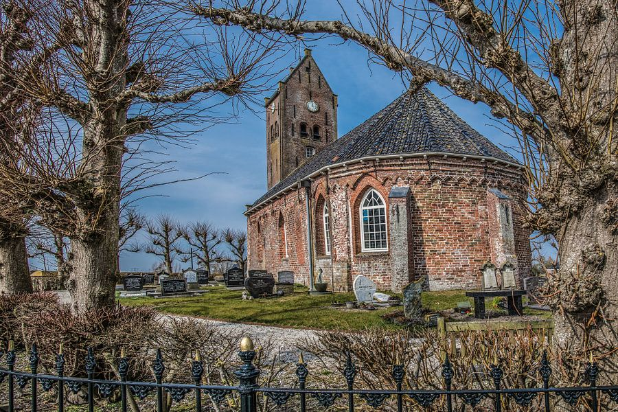 Doorkijkje op het kleine kerkje van Swichum op n terp vlak onder Leeuwarden in Friesland van Harrie Muis