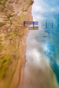 Een houten hek in de uiterwaarden van de Rijn.