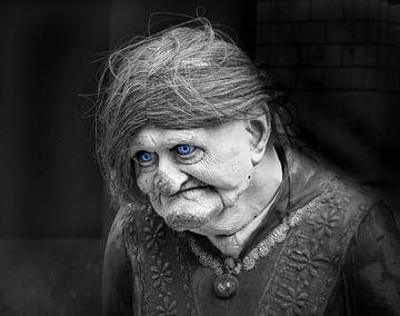Alte Puppe (Alte Frau Puppe) von Caroline Lichthart