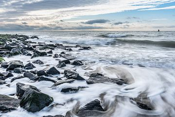 Hoge golven beuken op de dijk in Westkapelle van Jan Poppe