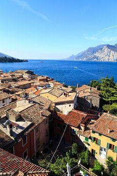 Uitzicht op het Gardameer (italië) van Matthijs de Rooij