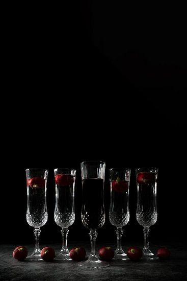 Stilleven met donkere achtergrond en kristalen glazen