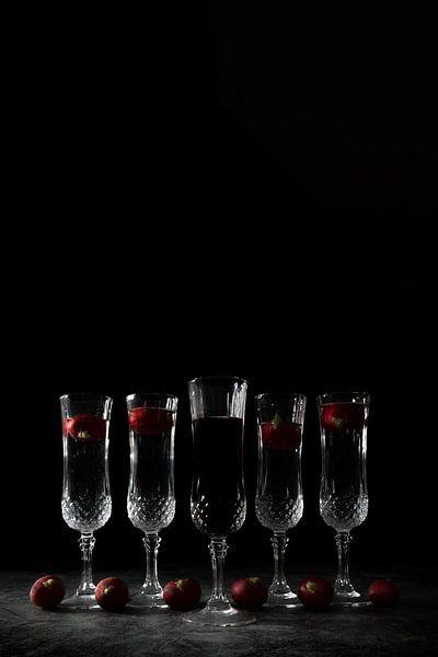 Stilleven met donkere achtergrond en kristalen glazen van Steven Dijkshoorn