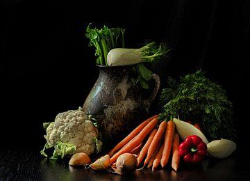 Stilleven met vaas en groenten van Jan van der Linden