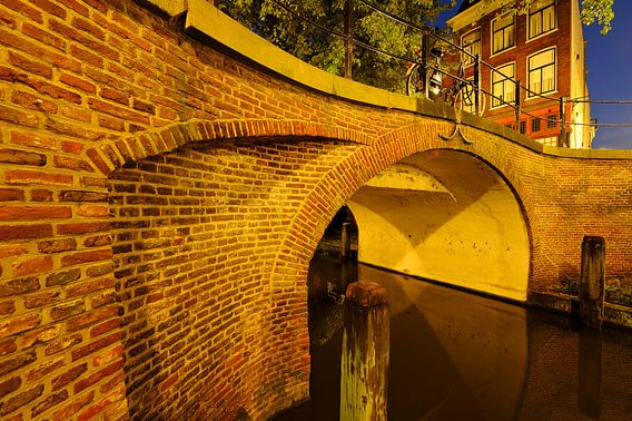 Magdalenabrug over Nieuwegracht in Utrecht  van Donker Utrecht