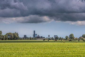 Skyline van Leeuwarden met een dreigende wolkenpartij van Harrie Muis