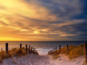 De mooiste strandopgang van Katwijk aan Zee tijdens zonsondergang van Wim van Beelen