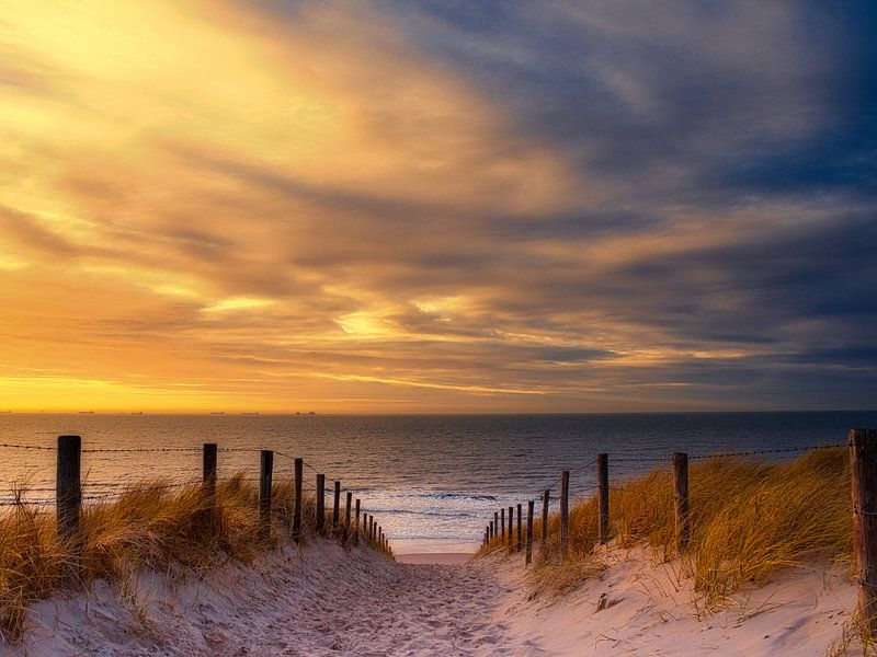 Der schönste Strandeingang von Katwijk aan Zee bei Sonnenuntergang von Wim van Beelen