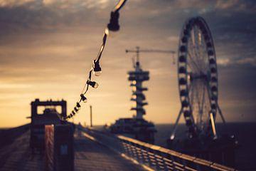 Opgehangen lampen op een pier tijdens zonsondergang van Christopher A. Dominic