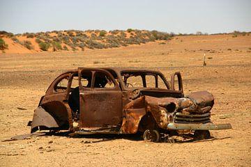 Autowrak in de woestijn van