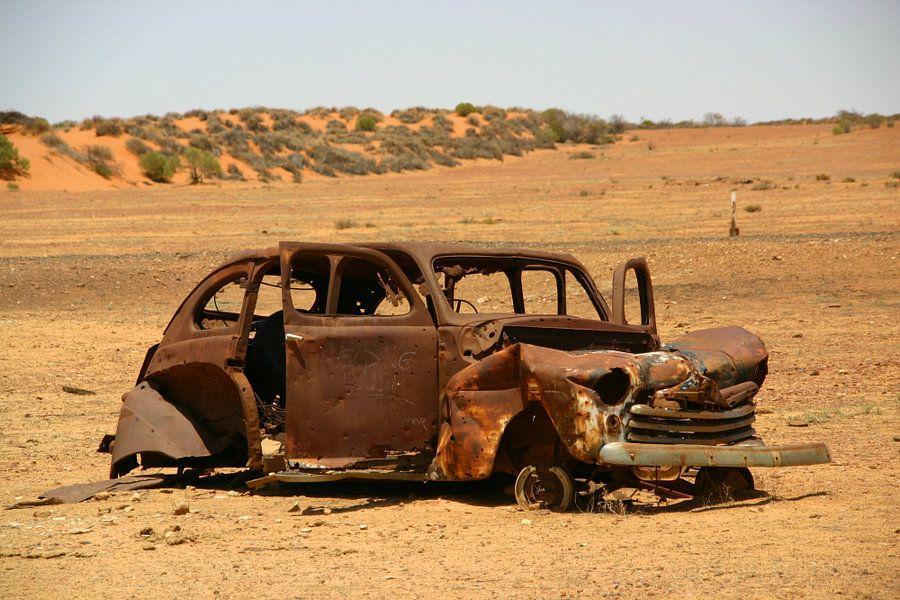 Autowrak in de woestijn