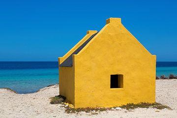 Gelbes Sklavenhaus am Strand am Meer vor der Insel Bonaire von Ben Schonewille