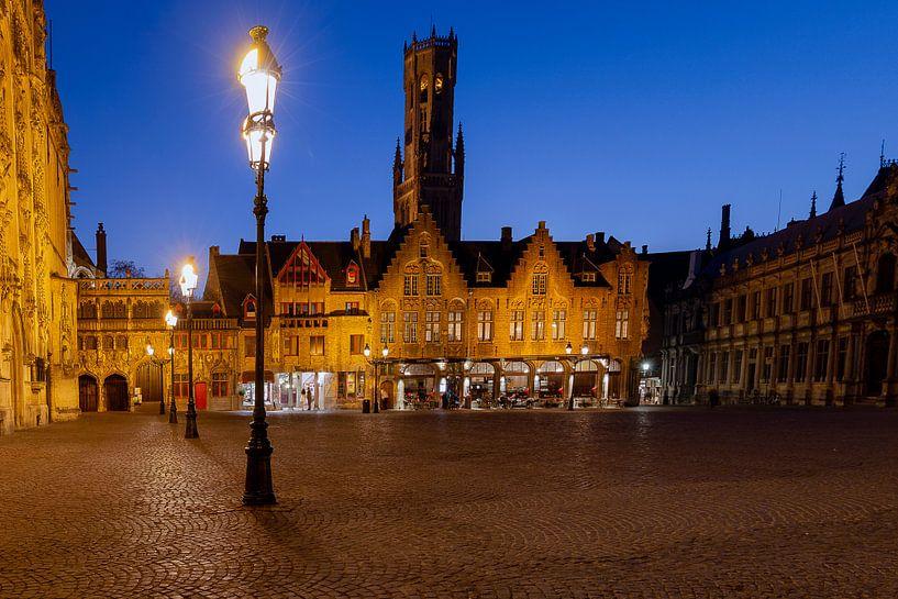 het plein de brug met zicht op het belfort in Brugge, Bruges, Belgie, Belgium van Fotografie Krist / Top Foto Vlaanderen