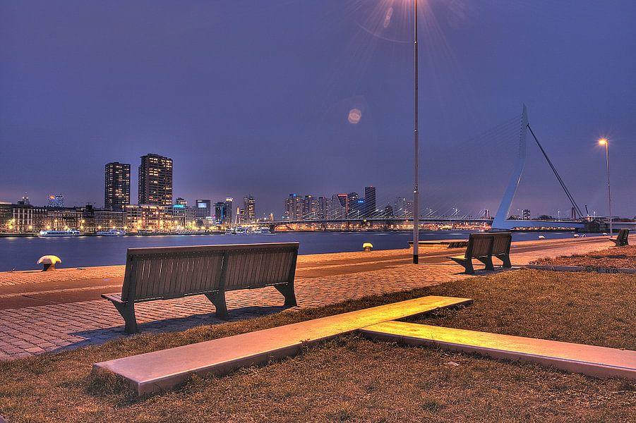 Avondzicht op Rotterdam centrum vanaf de kop van Zuid