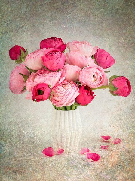 Roze ranunculus bloemen in een vaas van Lorena Cirstea