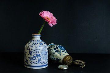 Stilleben Delfter Blau mit Blume von tolitoy creations