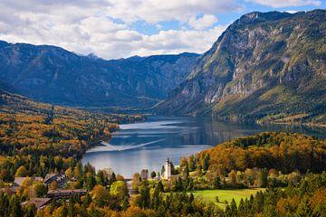 Landschap met het meer van Bohinj in de herfst in Slovenië van