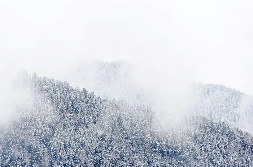 Laaghangende bewolking in Tirol, Oostenrijk van Martijn van der Nat