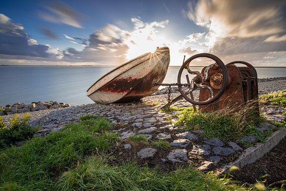 Stalen bootje op de waterkant van het IJsselmeer