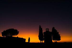 Na zonsondergang bij Capella di Vitaleta in Toscane van Damien Franscoise