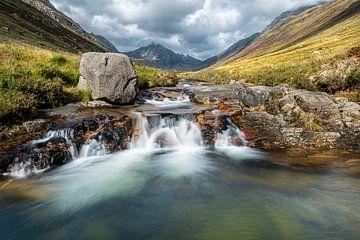 Sprookjes watervallen in Glen Rosa, Schotland van Rob IJsselstein